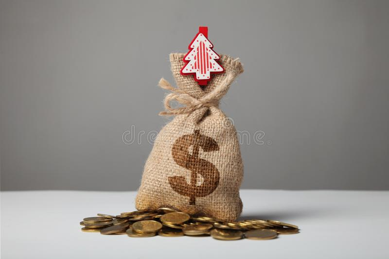 Weinlesetasche mit Geld, Dollarzeichen und neues Jahr und Weihnachtsbaum stockbilder