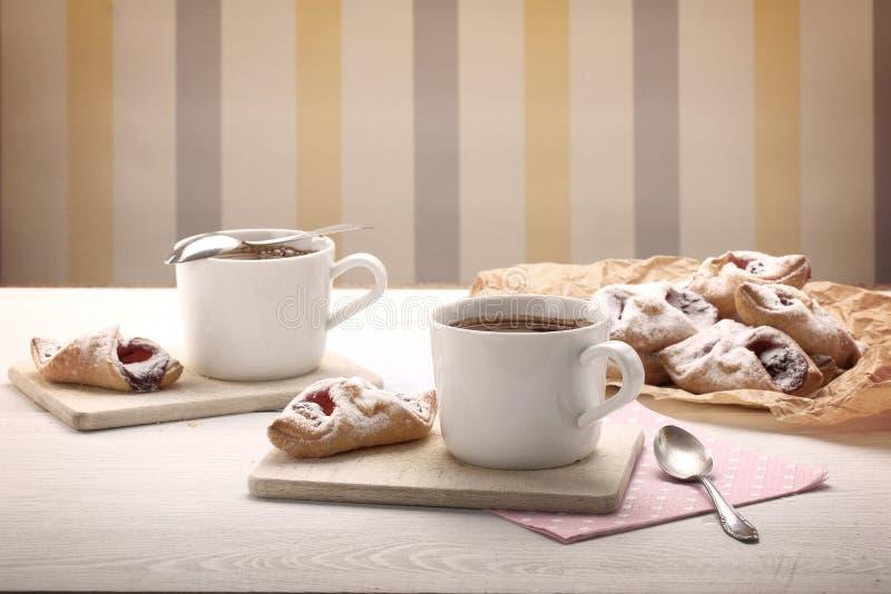 Weinlesetasse kaffee mit knusprigem Plätzchen lizenzfreie stockbilder