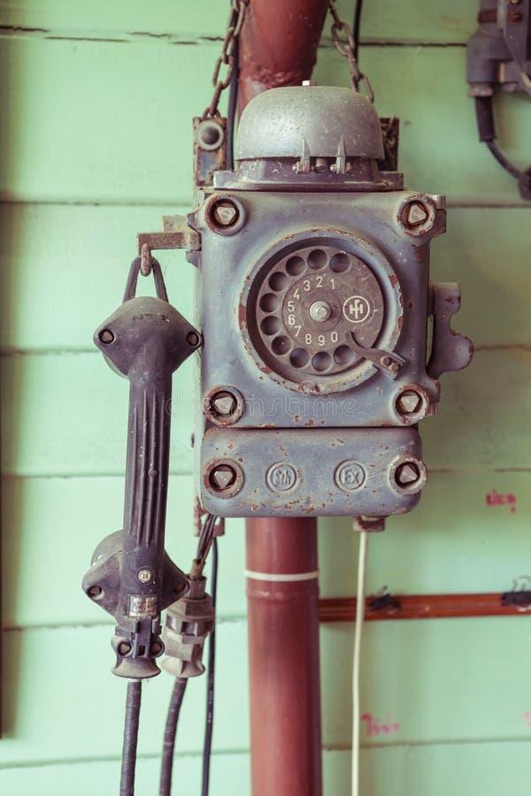 Weinlesetelefon auf der Wand lizenzfreies stockfoto