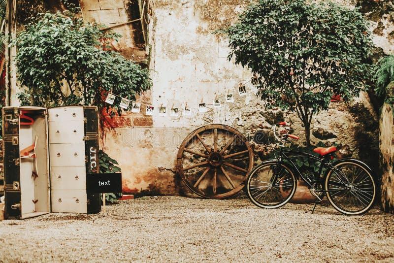 Weinleseterrasse in einem mexikanischen Kolonialhaus mit einem Fahrrad lizenzfreie stockbilder