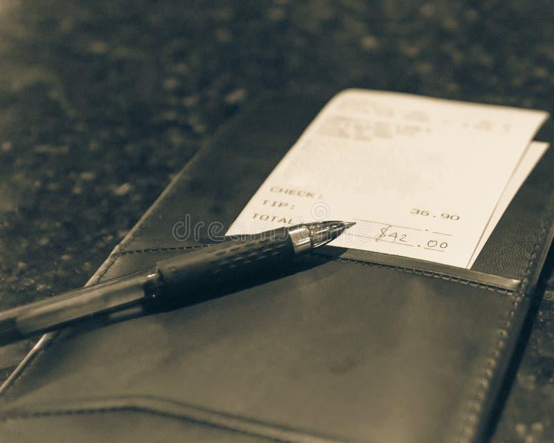 Weinleseton-Lederhalter mit Restaurantrechnungskontrolle und -stift stockfotos