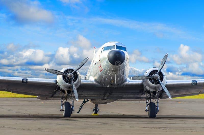 Weinleseturboprop-triebwerk Flugzeug geparkt am Flughafen stockfotografie