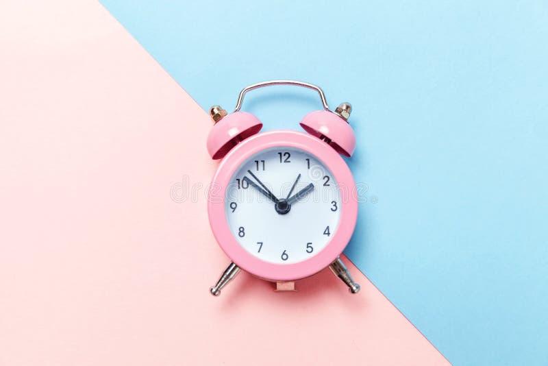 Weinlesewecker lokalisiert auf blauem und rosa Pastellhintergrund lizenzfreie stockbilder