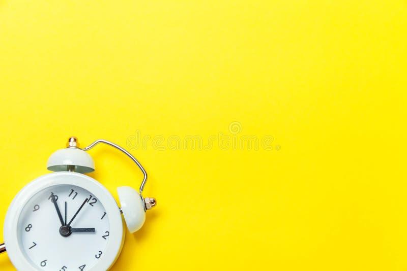 Weinlesewecker lokalisiert auf gelbem Hintergrund lizenzfreie stockbilder