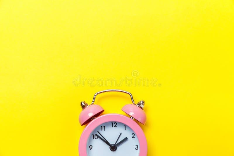 Weinlesewecker lokalisiert auf gelbem Hintergrund lizenzfreie stockfotos