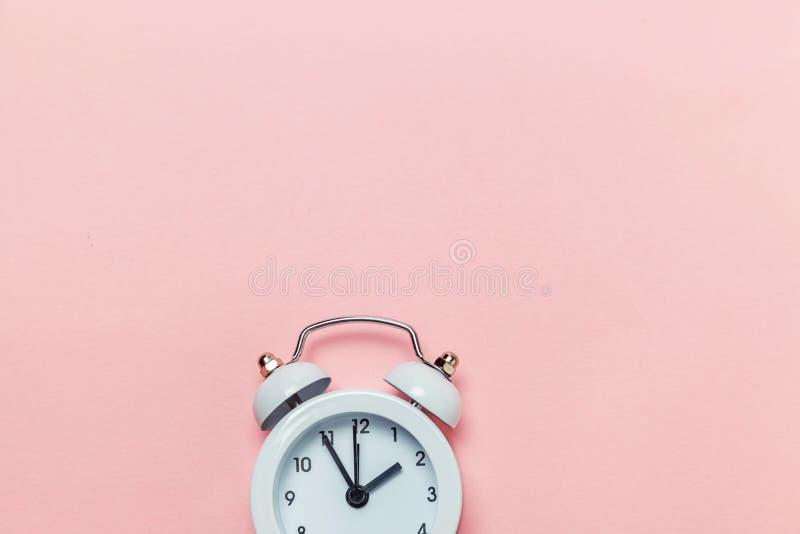 Weinlesewecker lokalisiert auf rosa Pastellhintergrund lizenzfreies stockbild