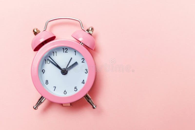 Weinlesewecker lokalisiert auf rosa Pastellhintergrund stockbilder