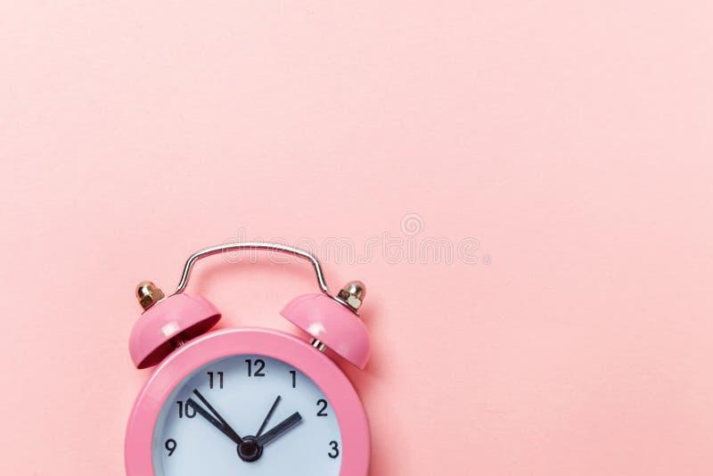 Weinlesewecker lokalisiert auf rosa Pastellhintergrund stockfotografie