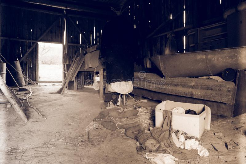 Weinlesewerkzeuge in verlassener Halle stockbilder