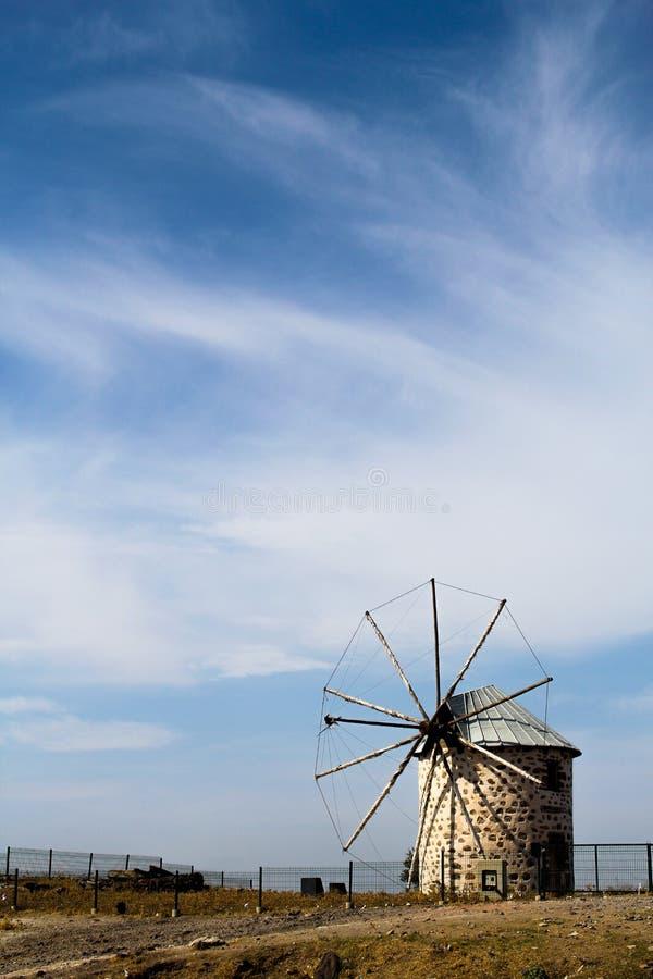 Weinlesewindmühle in Mittelmeer stockfotografie