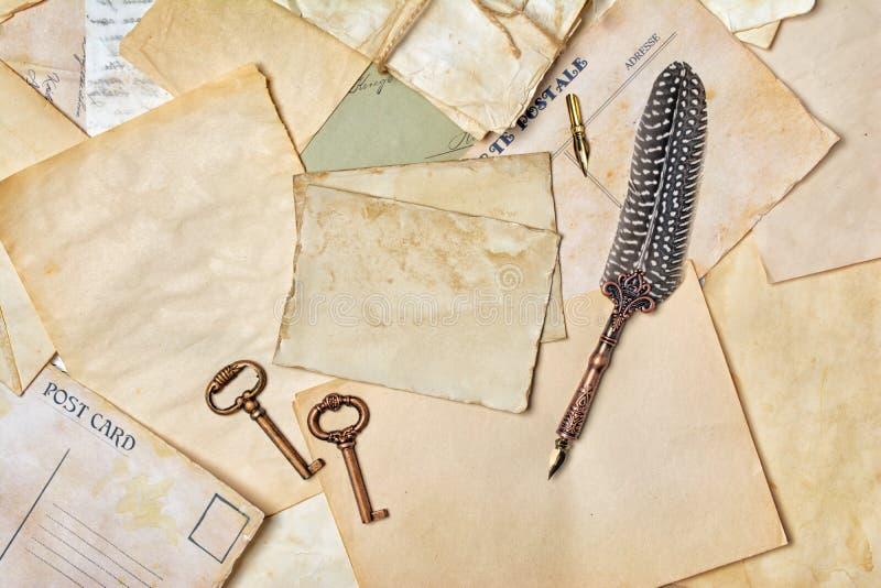 Weinlesezusammensetzung mit Bündel von alten Buchstaben und von Federkiel lizenzfreies stockbild