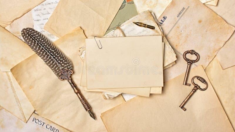 Weinlesezusammensetzung mit Bündel von alten Buchstaben und von Federkiel lizenzfreie stockbilder