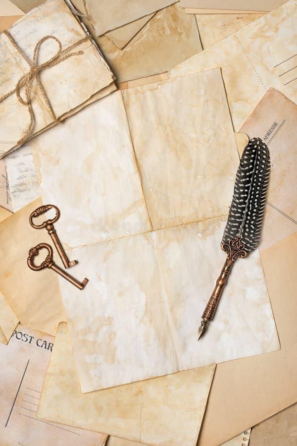 Weinlesezusammensetzung mit Bündel von alten Buchstaben und von Federkiel stockfotografie