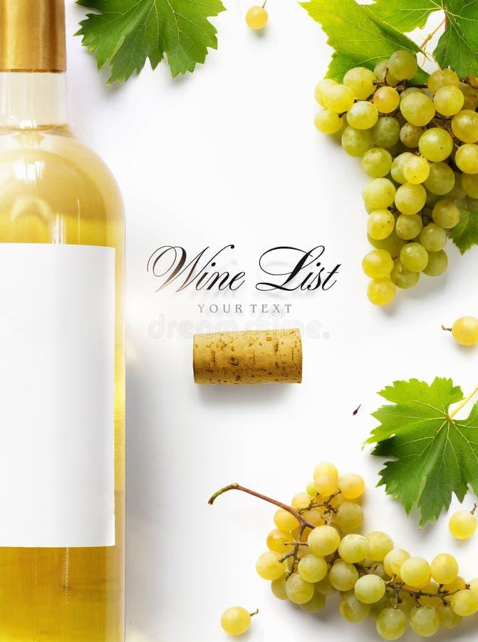 Weinlistenhintergrund; süße weiße Trauben und Weinflasche lizenzfreie stockfotos
