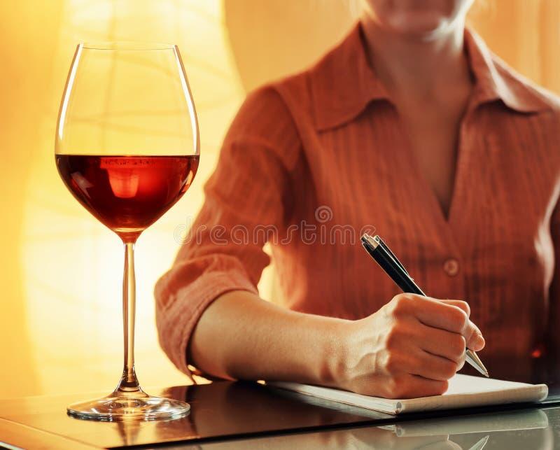 Weinprobe. Sommelier, der Anmerkungen im Notizbuch macht lizenzfreie stockbilder