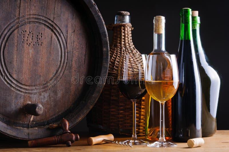 Weinprobieren im Keller lizenzfreies stockfoto