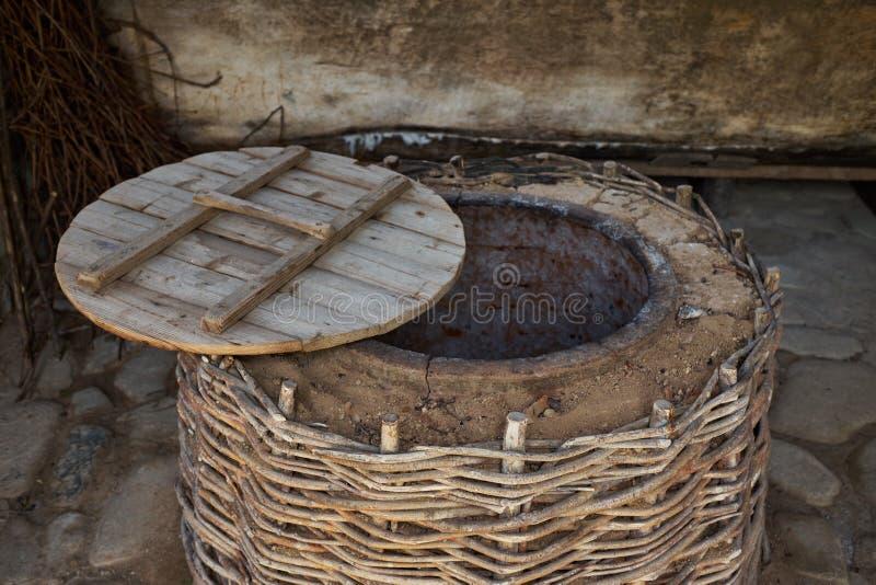 Weinproduktions-Weinfertigungstechnik Volkstradition der Herstellung des Weins Weinproduktion in Georgia Alte Tradition der Verar lizenzfreie stockfotos