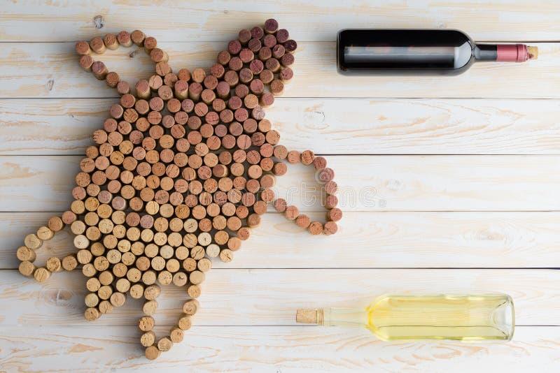 Weinstillleben mit einer Meeresschildkröte bildete sich von den Korken lizenzfreies stockbild