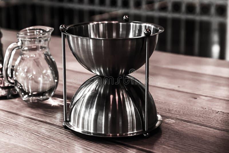 Weinverkostung, Wasserkaraffe und Metallbehälter auf dem Tisch lizenzfreie stockfotos