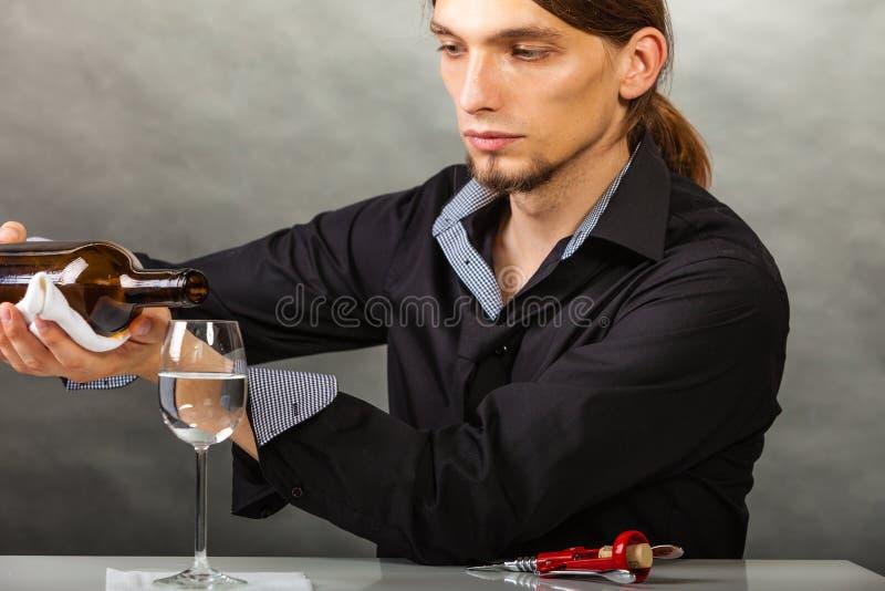 Weinverwalter füllt Glas stockfotos