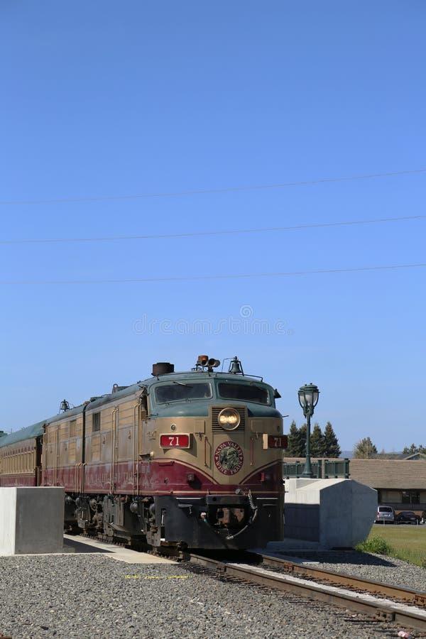 Weinzug in Napa. Es ist ein Ausflugszug, der zwischen Napa und St. Helena, Kalifornien läuft lizenzfreie stockfotos