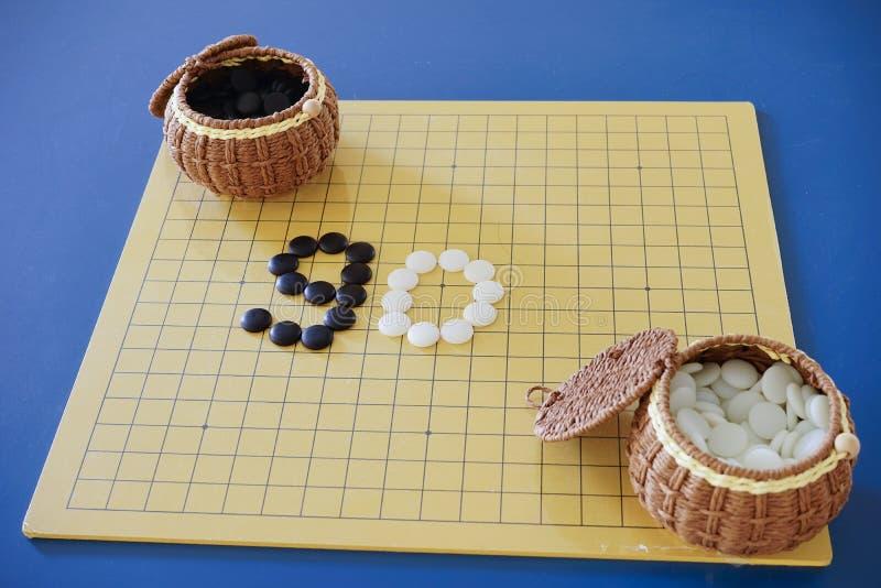 Weiqi : Le jeu de vont ensemble (panneau, pierre, et récipient) image stock