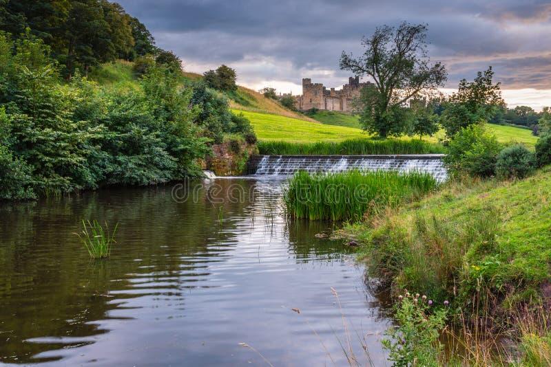 Weir de Aln do rio abaixo da cidade e do castelo de Alnwick fotos de stock