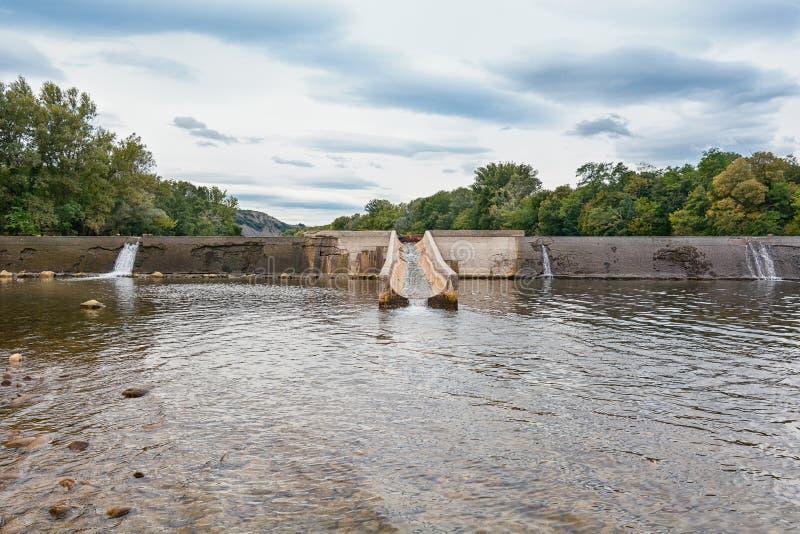 Weir no rio Ardeche foto de stock