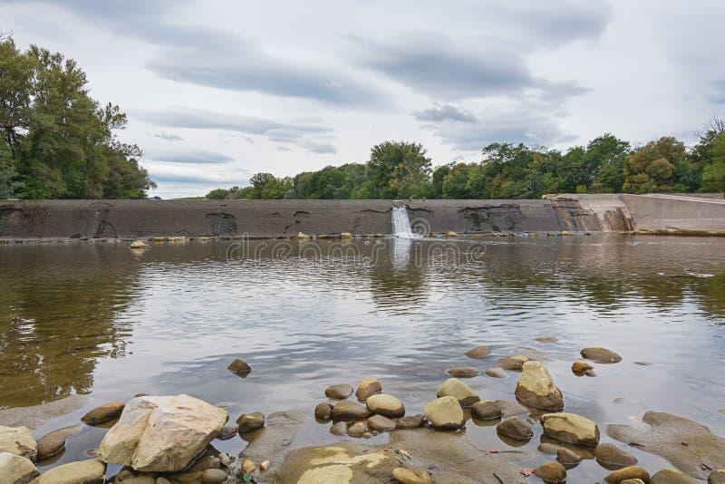 Weir no rio Ardeche em França imagem de stock royalty free