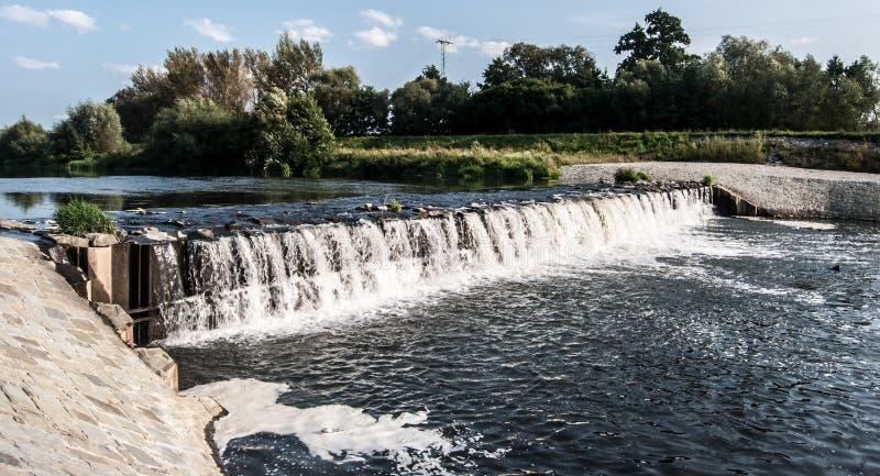 Weir no rio de Olse na cidade de Karvina na república checa foto de stock