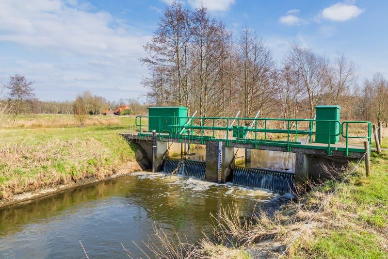 Weir pequeno sob uma ponte foto de stock