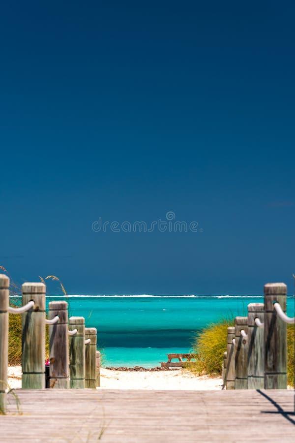 Weise, auf Türken und Caicos auf den Strand zu setzen stockbild