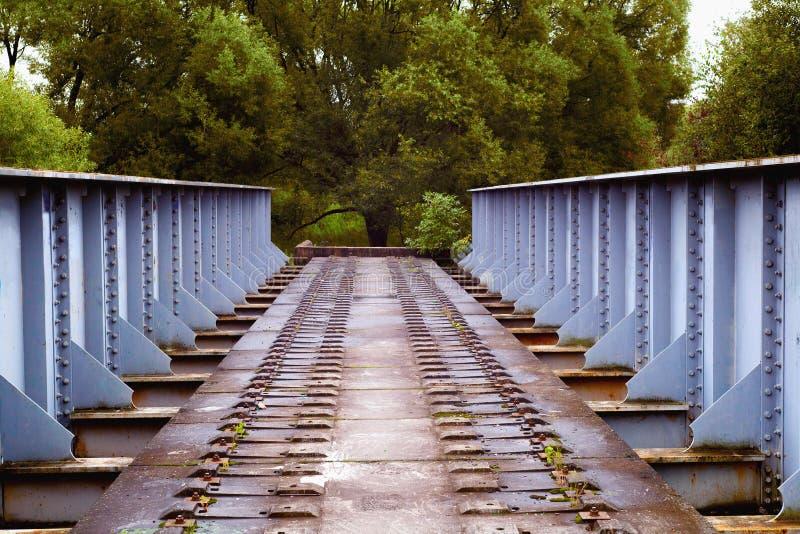 Weise vorwärts auf der unfertigen Brücke lizenzfreie stockfotos