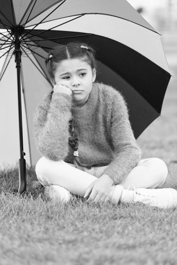 Weisen erhellen Ihre Fallstimmung Bunter Zusatz für frohe Stimmung Mädchenkinderlanges Haar traurig wegen des Fallwetters lizenzfreies stockfoto