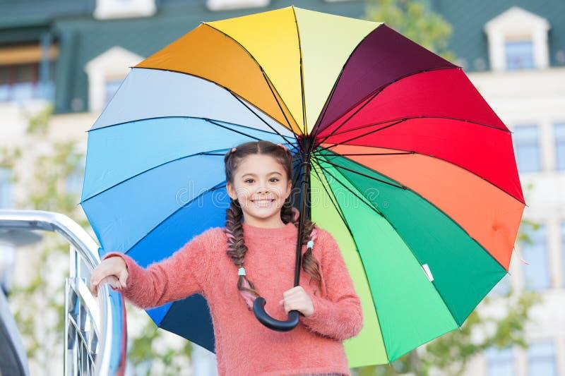 Weisen erhellen Ihre Fallstimmung Bunter Zusatz für frohe Stimmung Treffen-Fallwetter des Mädchenkinderlangen Haares bereites mit lizenzfreie stockfotografie