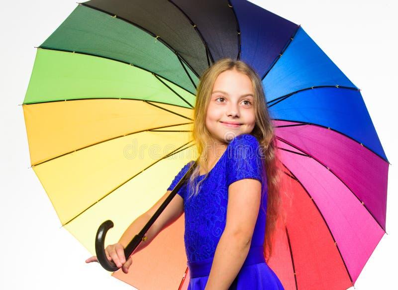 Weisen, Ihre Fallstimmung zu erhellen Mädchenkinderbereites Treffen-Fallwetter mit buntem Regenschirm Weisen, Ihre Stimmung herei stockfotografie