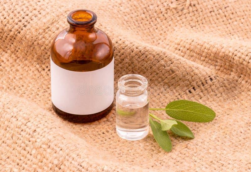 Weises ätherisches Öl der natürlichen Badekurort-Bestandteile für Aromatherapie auf h lizenzfreies stockbild