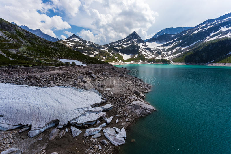 Weissee nos cumes, lago em montanhas austríacas fotografia de stock