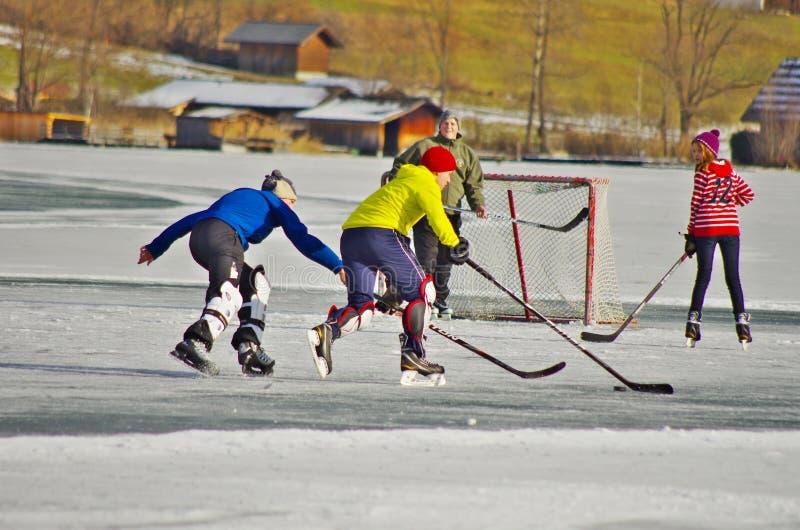 Weissensee在冬天:曲棍球和滑冰 免版税库存照片