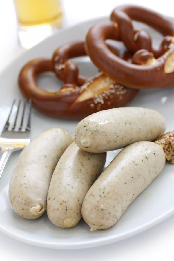 Weisswurst, Brezel, Bier, deutsche Nahrung stockbilder