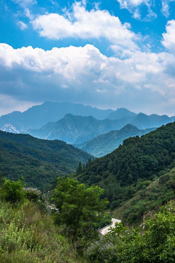 Weite Ansicht vom Tai Shan in der Sommerzeit, mit seiner Spitze wurde durch Wolke 9 umgeben lizenzfreie stockfotografie