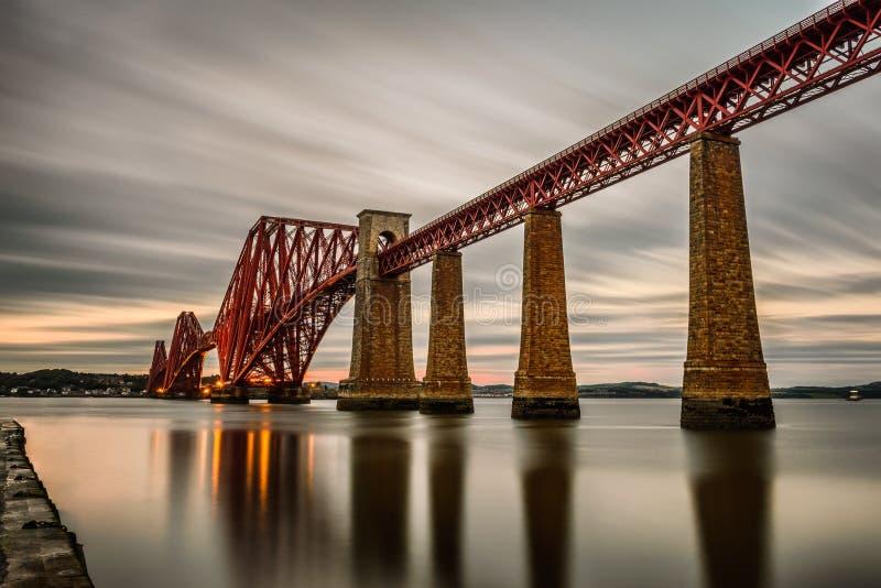 Weiter Eisenbahnbrücke in Edinburgh, Vereinigtes Königreich lizenzfreie stockbilder