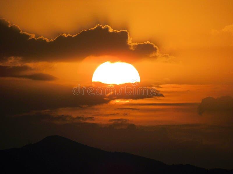Weiter Sonnenuntergang auf den Bergen lizenzfreies stockbild