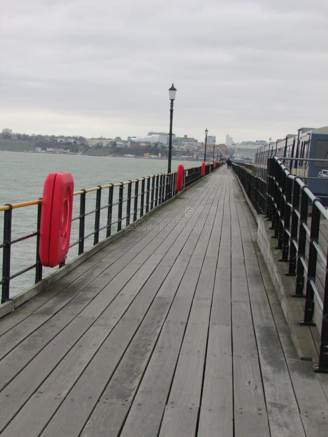 Weiter Spaziergang entlang dem Pier stockfotos