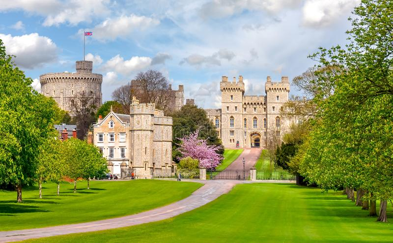 Weiter Spaziergang zu Windsor-Schloss im Fr?hjahr, London-Vororte, Gro?britannien lizenzfreie stockbilder