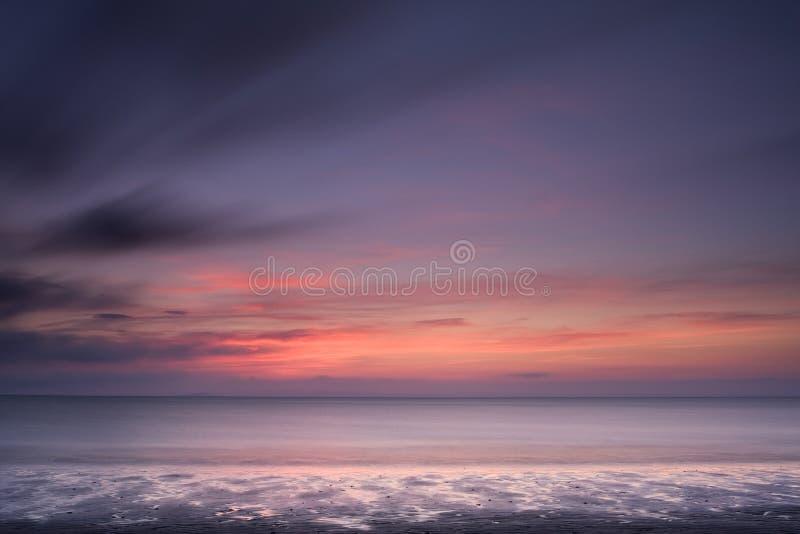 Weiter Strand-Sonnenuntergang Schottland stockfoto