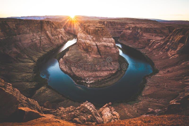 Weitwinkelansicht der Kehre bei Sonnenuntergang, Arizona, amerikanisches S stockfoto