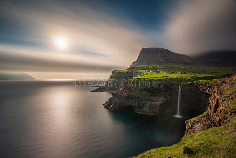Weitwinkelansicht der langen Belichtung Gasadalur-Wasserfalls in Färöern, Vagar-Insel stockbilder