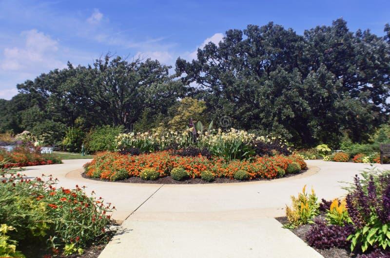 Weitwinkelansicht des Gehwegs und des Gartens stockfoto
