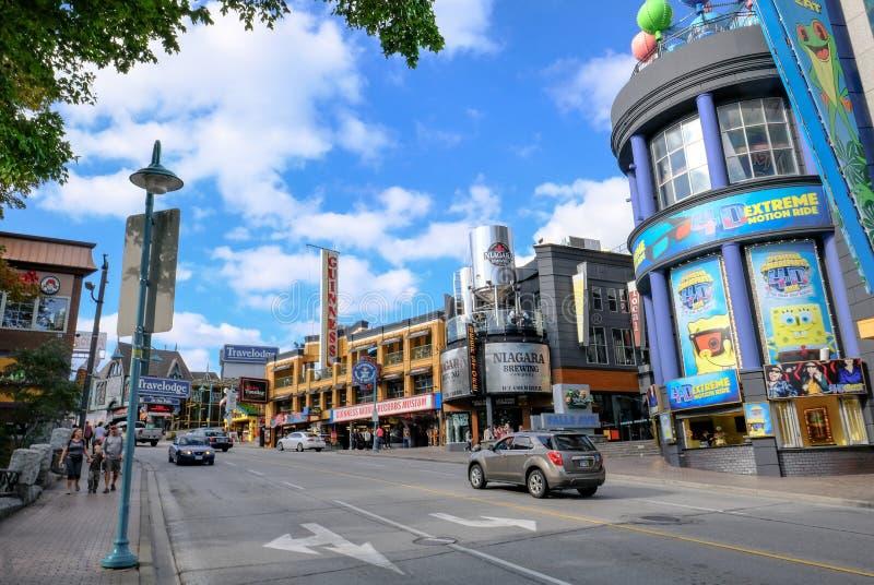 Weitwinkelansicht einer Unterhaltung und des Säulengangbereichs in einem populären kanadischen Erholungsort stockfotografie